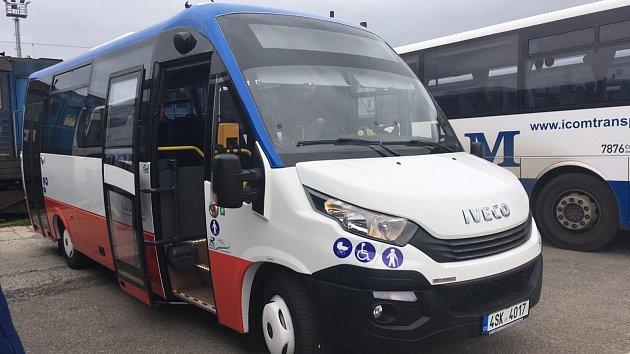 Jeden zminibusů značky Iveco, které zajišťují Městskou hromadnou dopravu vBenešově.