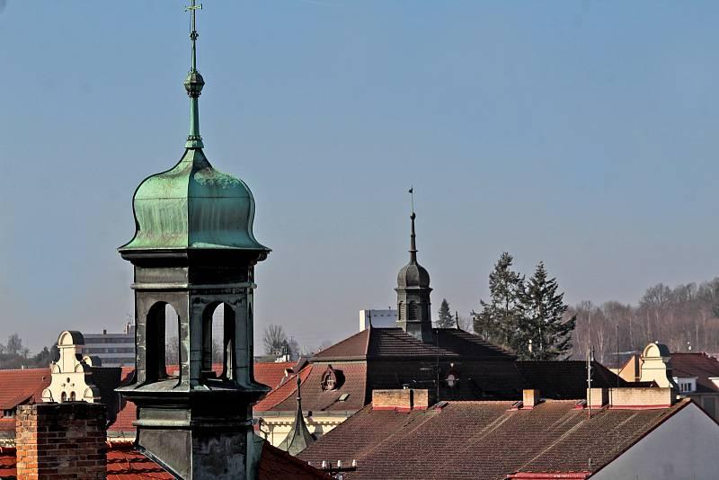 Benešov při pohledu ze střechy kostela sv. Anny - věžičky Piaristické koleje a gymnázia.