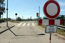 Vjezd do benešovské Nádražní ulice k mostu přes železnici zakazují dopravní značky a brání mu i mobilní oplocení staveniště.