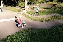 Pumptrack v Benešově je součástí relaxačního parku Sladovka.