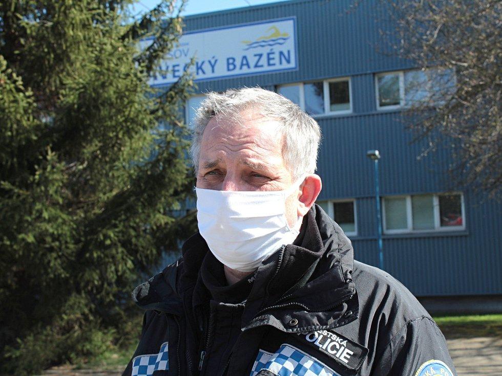 Velitel Městské policie v Benešově Radek Stulík na parkovišti před plaveckým bazénem v Benešově.