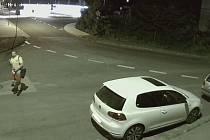 Kamerový záznam zachytil muže podezřelého z vloupání do auta.