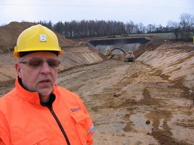 U Olbramovic se rýsuje severní portál budoucího železničního dvoukolejného tunelu.