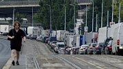 Po uzavírce Lanového mostu na Jižní spojce v Praze se 22. srpna 2008 v odpoledních hodinách zkomplikoval provoz na objízdné trase skrz Hostivař, vedené po Švehlově ulici, auta stála v pomalu popojíždějících kolonách.