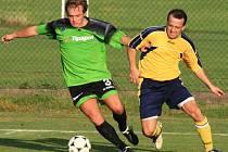 Maršovický Petr Šach (v zeleném) si kryl míč před poříčským Romanem Filipem.