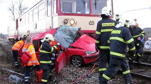 Vlak vlekl osobní automobil několik desítek metrů