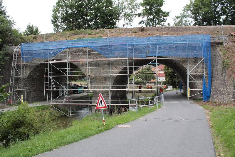 Železniční viadukt v Poříčí nad Sázavou.