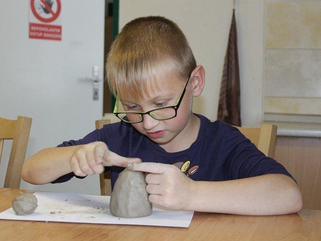 Děti ze ŠD Netvořice si přijely do benešovského DDM vyrobit keramiku.
