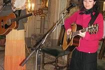 Duo Sestry Steinovy ve Vlašimi. Snímek z jejich koncertu byl pořízený v konopišťské kapli při zahájení turistické sezóny