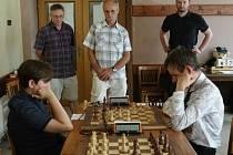 Nejlepší český šachista David Navara během simultánní partie se čtrnáctiletým hráčem TJ Spartaku Vlašim Jakubem Vojtou
