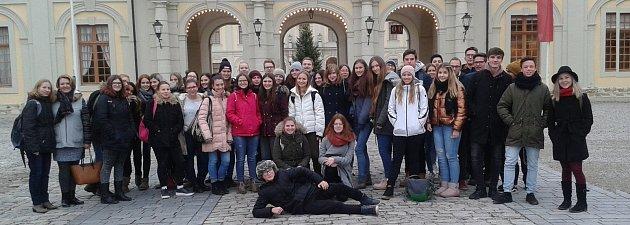 Účastníci výměnného pobytu vněmeckém Albstadtu před vstupem do zámku Ludwigsburg.