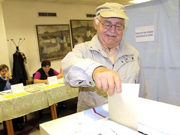 Obyvatel Votic Josef Klapač odvolil do senátu při druhém kole v pátek 17. října krátce po 14. hodině jako druhý.