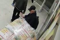 Neznámého muže, který z čerčanského obchodu odcizil mobilní telefon, hledají již od konce února policisté.