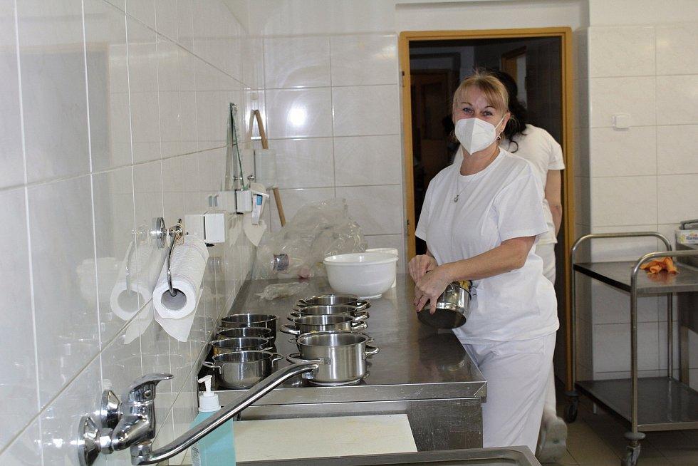 V kuchyni Mateřské školy U Kohoutka Sedmipírka v Benešově.