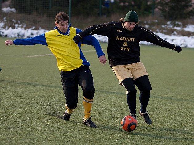 Benešovský zkušený David Čáp (vlevo) se snažil zabránil úniku petrovického hráče.
