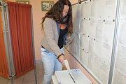 Účast byla velká. Chotýšanští voliči stáli na volby frontu