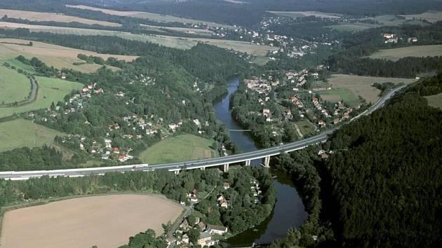 Dálnice Praha-Brno protíná u Hvězdnic údolí Sázavy poseté stovkami chat. O rekreaci v blízkost D1 lze hovořit jen stěží