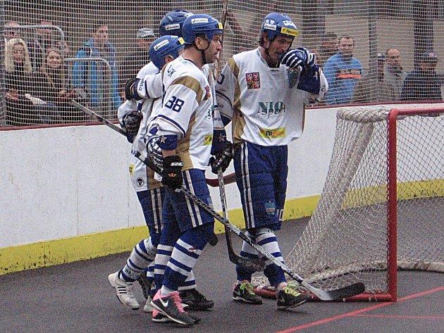 Radost hokejbalistů Vlašimi po čtvrté brance Horáka do sítě Plzně byla velká.