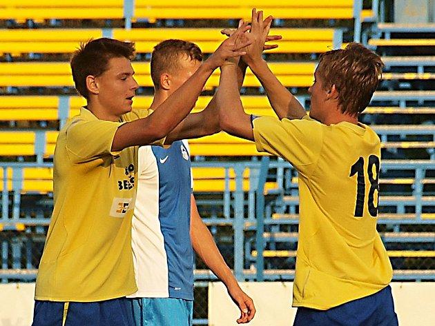 Jakub Melichar (vlevo) a Petr Hampl, vstřelili po góle v zápase devatenáctky Benešova s Duklou Praha.