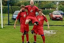 František Hromas z Želivanu Hulice (uprostřed) se stal hvězdou měsíce května v projektu Gambrinus Kopeme za fotbal.