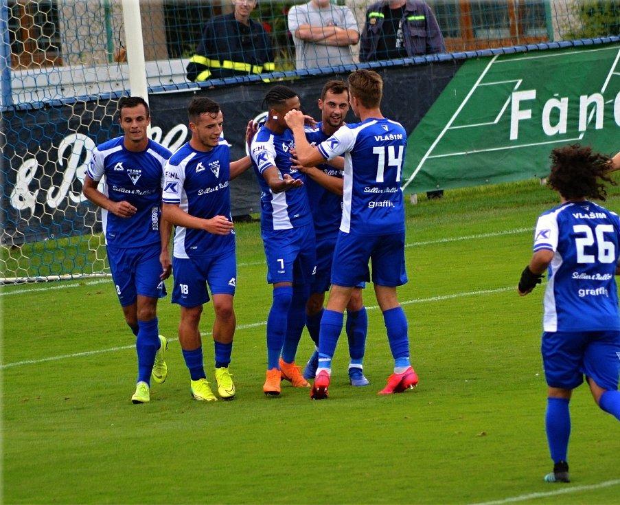 Fotbalisté Vlašimi se radují z gólu