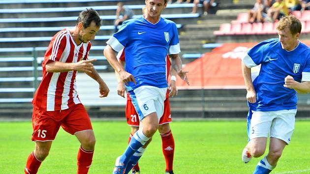 Vlašimský záložník Lukáš Křeček (uprostřed v modrém), v zápase v Třinci.
