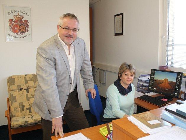 Ředitel nemocnice Petr Hostek v sekretariátu se sekretářkou Jarmilou Křížkovou.