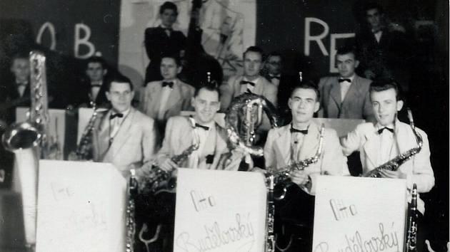 Největší vlašimský orchestr vedený Ottou Budělovským. Vtéto hudební sestavě hrál v letech 1939 až 1945. Členy orchestru byli také Jan a Miroslav Zvárovi.
