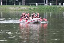 Hasiči z HZS Benešov používají při záchraně lidí z vody také nafukovací čluny.