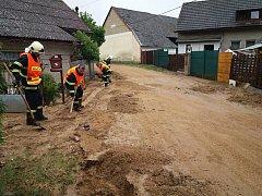 Odklízení naplaveného bahna ve Vranovské Lhotě.