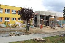 Práce na stavbě takzvaného krčku v týnecké základní škole, finišují. Dělníci pracovali také v sobotu 25. srpna.