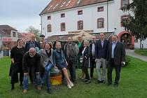 Z vernisáže výstavy 12cti velkoformátových soch na venkovním prostranství obce Velké Popovice.
