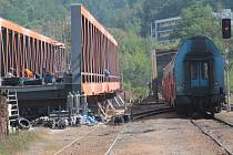 Výměna mostní konstrukce v Týnci nad Sázavou potrvá do konce října.
