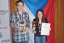 Vlašimští reprezentanti Nela Pýchová a Jiří Rýdl se stali mistry republiky na Mistrovství Čech mládeže v šachu v Hrdoňově u Frymburku.