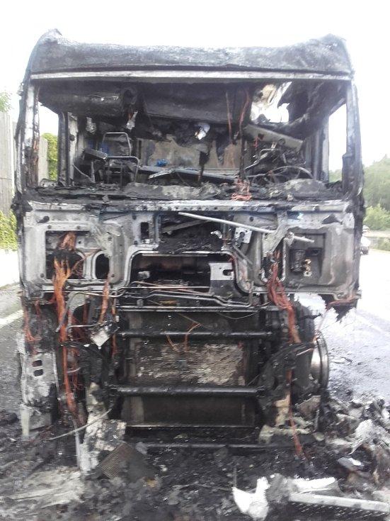 Požár kamionu zastavil provoz na dálnici D1 kousek před Prahou.