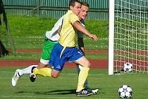 Martin Turek (ve žlutém) proháněl obranu Českého Krumlova a vstřelil třetí gól.