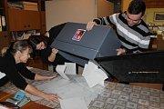 Sčítání hlasů v sobotu 27. ledna v Louňovicích pod Blaníkem.