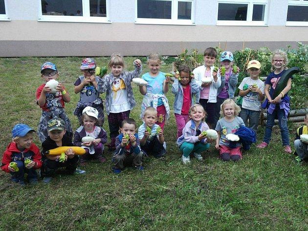 Děti z divišovské školky v rámci programu Skutečně zdravá škola pěstují na své zahrádce vlastní zeleninu. Na fotce jsou se svojí první sklizní.FOTO: MŠ DIVIŠOV