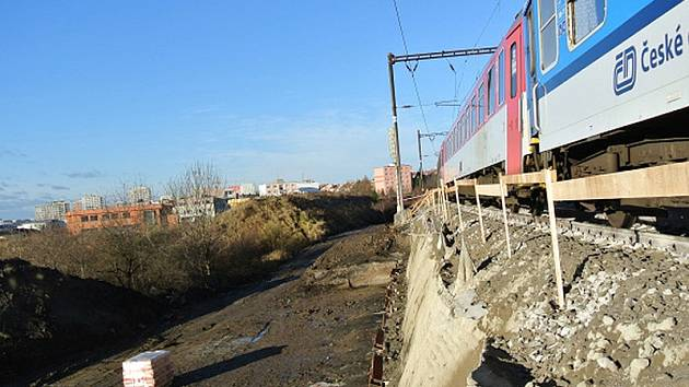 Nepřetržitá výluka první traťové koleje z Hostivaře k odbočce Záběhlice potrvá od 8. dubna do 17. srpna.