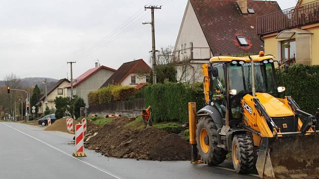 """Silnice II/114 v Jarkovicích. Rychlost tam řidiči nedodržují dlouhodobě a zvykli si i na semafor, který při překročení limitu rozsvěcí červenou. """"Řidiči už jezdí na na ní """" posteskl si bystřický starosta Michal Hodík."""