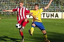 Stoper Benešova Jan Zákostelský (ve žlutém) v souboji s Ivanem Šollarem z Brozan.