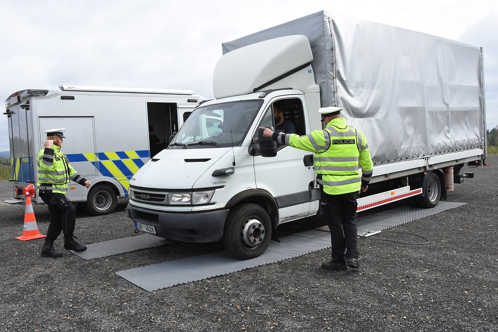Při vážení nákladních aut a kontrolách jejich řidičů používá středočeská dopravní policie automobil, který v září 2018 převzala jako dar od kraje.