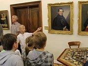 Děti z vrchotojanovické školy seznámily turisty se zdejším zámkem.