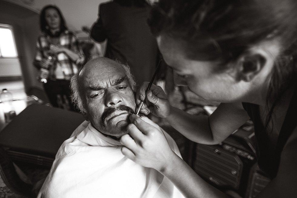 Z natáčení filmu 'Tloskov fičí': práce v maskérně.