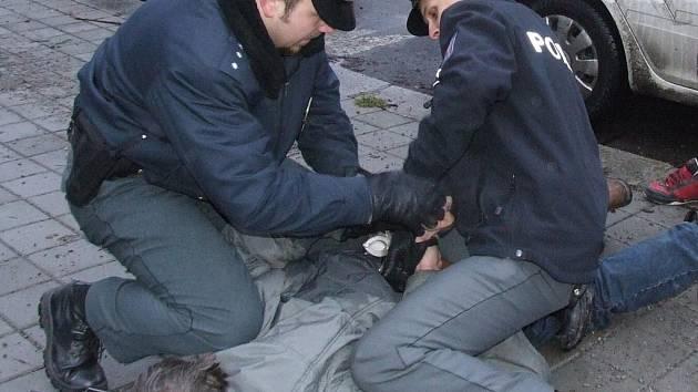 Zatýkání pachatele policií.