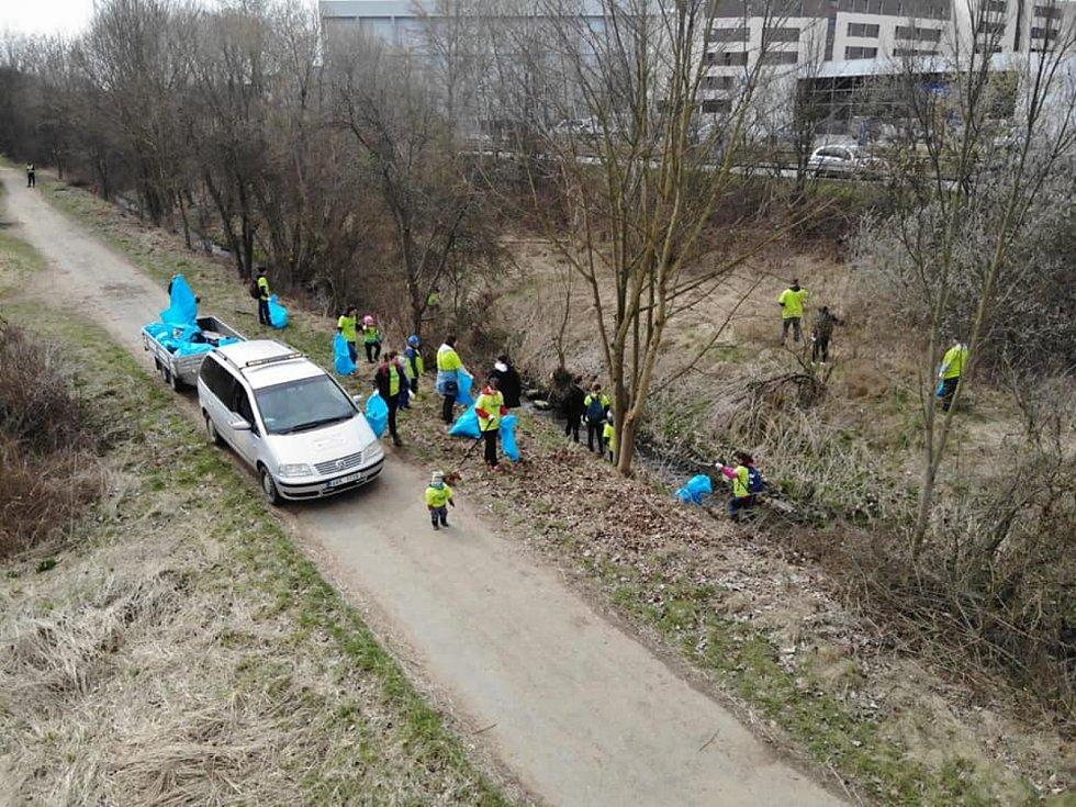 Jarní úklid Benešovského potoka v rámci akce Ukliďme Česko od Bedrče po Benešov.