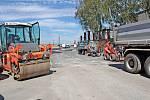 Práce na stavbě okružní křižovatky.