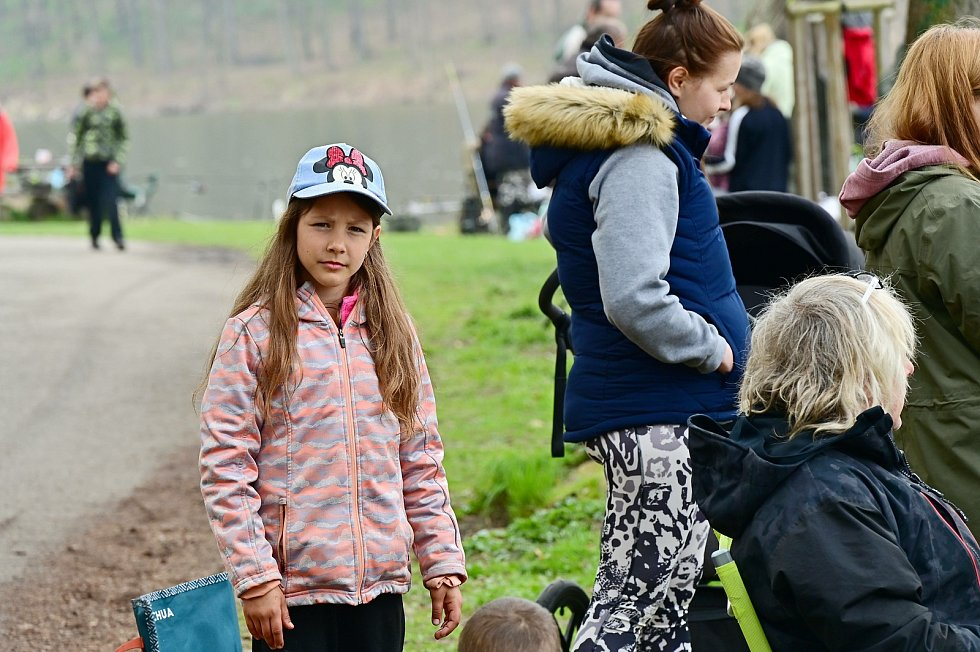 Břehy Konopišťského rybníku obsadili mladí rybáři.