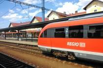Spěšné  vlaky Arriva do Prahy od pondělního poledne vozí jednotka Siemens Desiro Classic DMU.