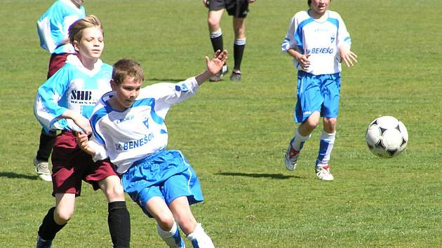 Mladí fotbalisté při zápase.